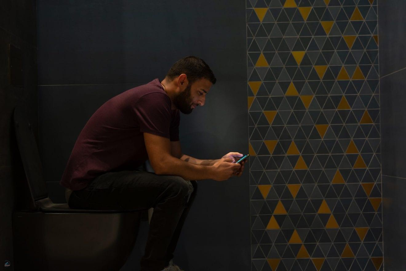 Unge danskere tager mobilen med på toilettet