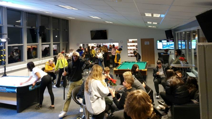 Hundredevis af unge mennesker i Ungdomsskolens nye klub.