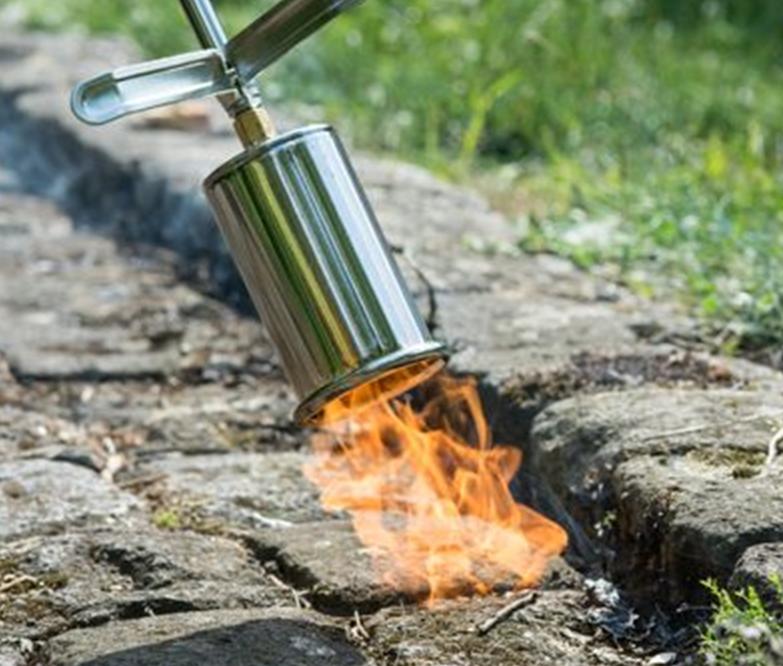 Et tveægget sværd: Ukrudtsbrænderen er både effektiv og særdeles brandfarlig